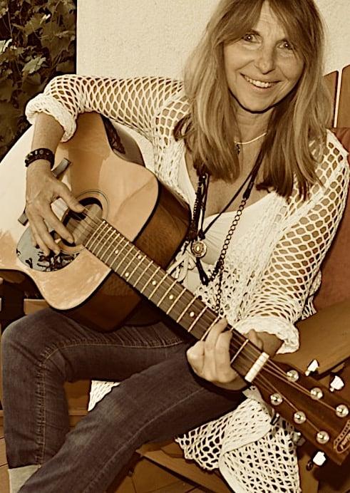 Gesangslehrerin spielt Gitarre