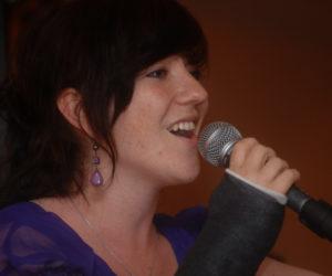 Sängerin singt ins Mikrofon
