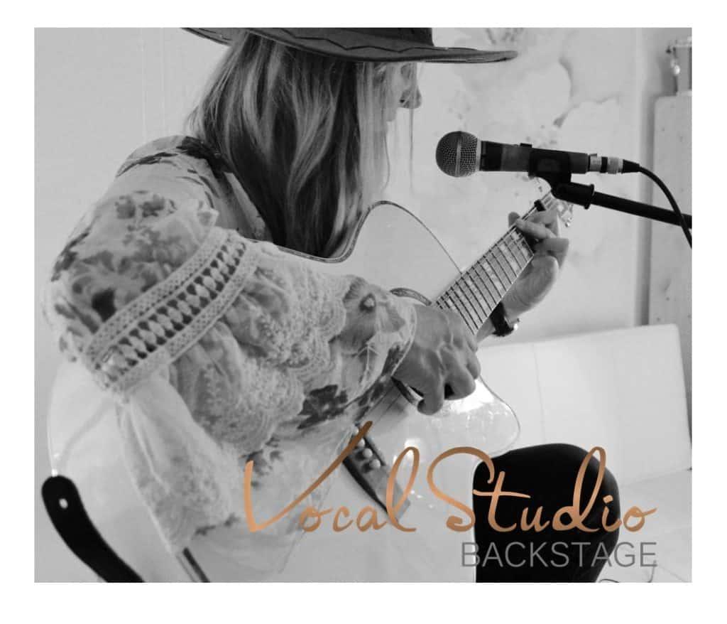 Sängerin mit Gitarre