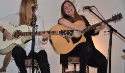 Der Gitarrenunterricht erfolgt parallel zur Gesangausbildung.