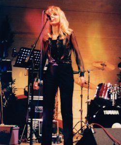 Anja auf der Bühne mit Live Line bei einem Engagement in der Schweiz